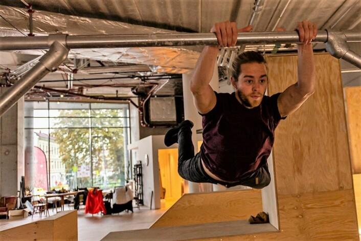 Antero Hein tester svevefølelsen når han svinger seg fra en holme til en annen. Foto: Moten Lauveng Jørgensen