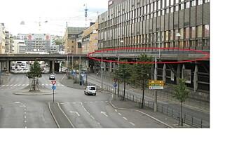11 tonn betongbit i ferd med å falle ned fra gangbru i Schweigaards gate. Trikken kommer ikke forbi
