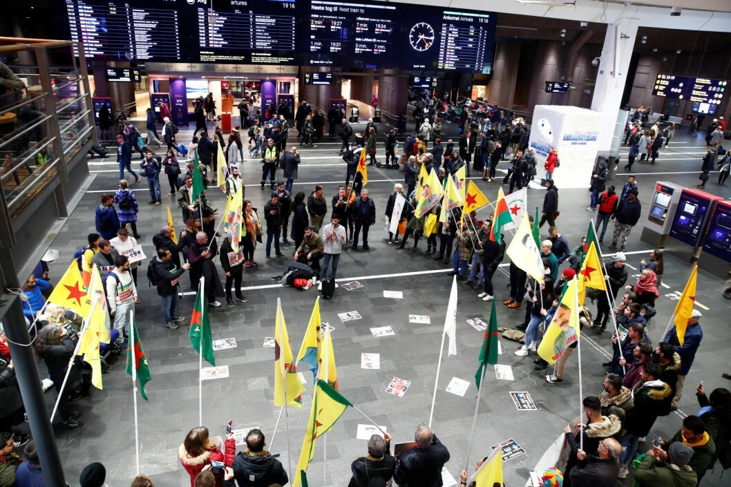 Kurdere demonstrerer inne på Oslo sentralstasjon. Foto: Terje Pedersen / NTB scanpix