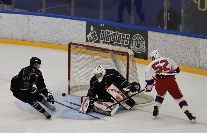 Filip Gunnarsson holdt på å score tidlig i kampen. Foto: André Kjernsli
