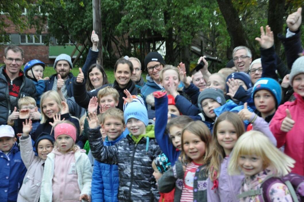 Jublende glade foreldre og elever ved Bolteløkka jubler over at plan- og bygningsetaten gir kalrsignal til midlertidig skole på Adamstuen mens Bolteløkka pusses opp. Foto: Arnsten Linstad