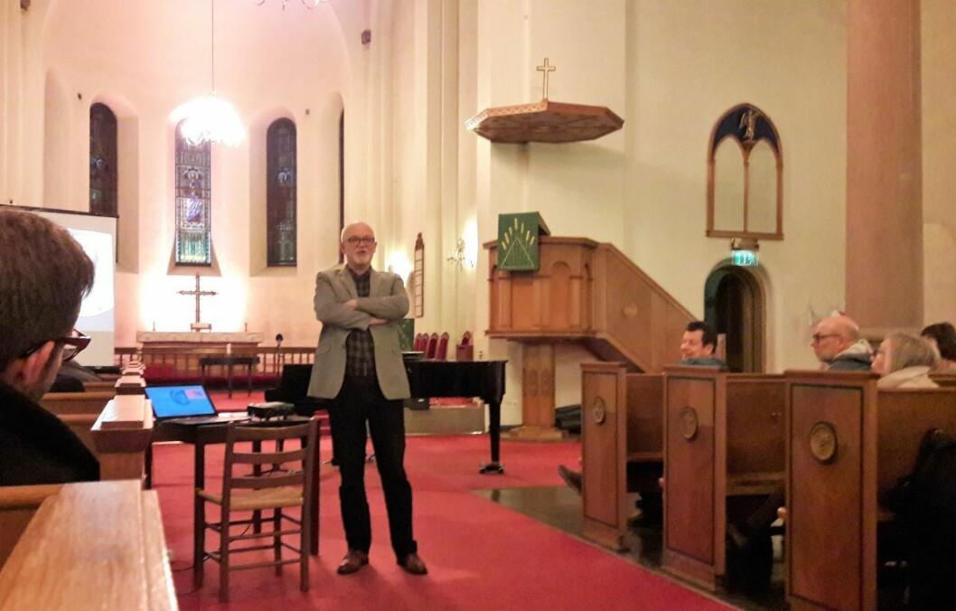 Olav Rune Bastrup, forfatter og organist i Grønland kirke, snakket om religion og klassekamp. To viktige saker for folk de siste 150 år. Foto: Anders Høilund