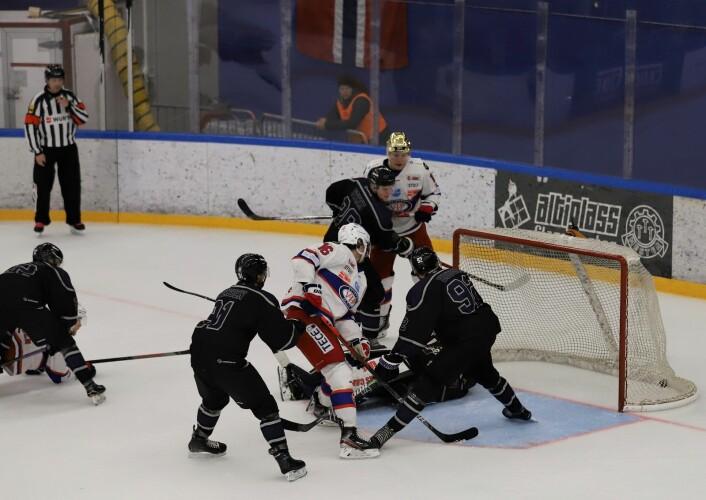 Det så lenge ut til at sisteperioden skulle bli målløs, men Magnus Brekke Henriksen kriget inn en goal mot slutten. Foto: André Kjernsli