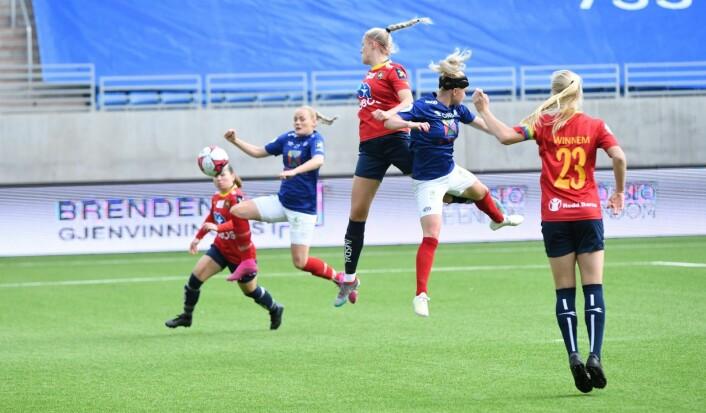 Det ville seg ikke helt for Vålerenga-jentene foran mål lørdag. Her er det Victoria Ludvigsen (t.v) som er akkurat for sent ute. Foto: Christian Boger
