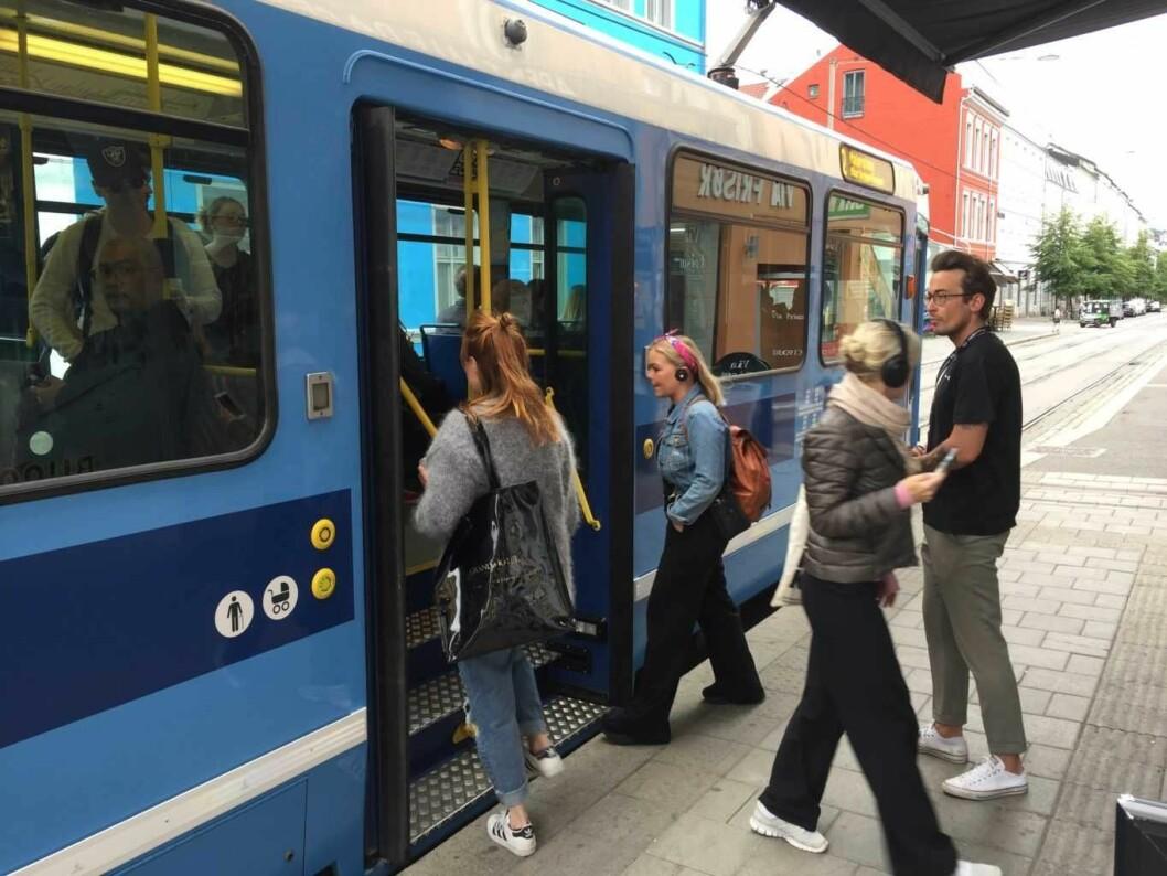 Travelt ut og inn av trikken på Schous plass, en av de mest populære trikkestoppene på Grunerløkka. Foto: Vegard Velle