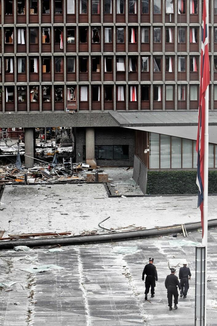 Terroren rammet Norge. Politiet i arbeid utenfor høyblokka etter terrorhandlingene mot regjeringskvartalet og Utøya 22. juli 2011. Foto: Aleksander Andersen / Scanpix.
