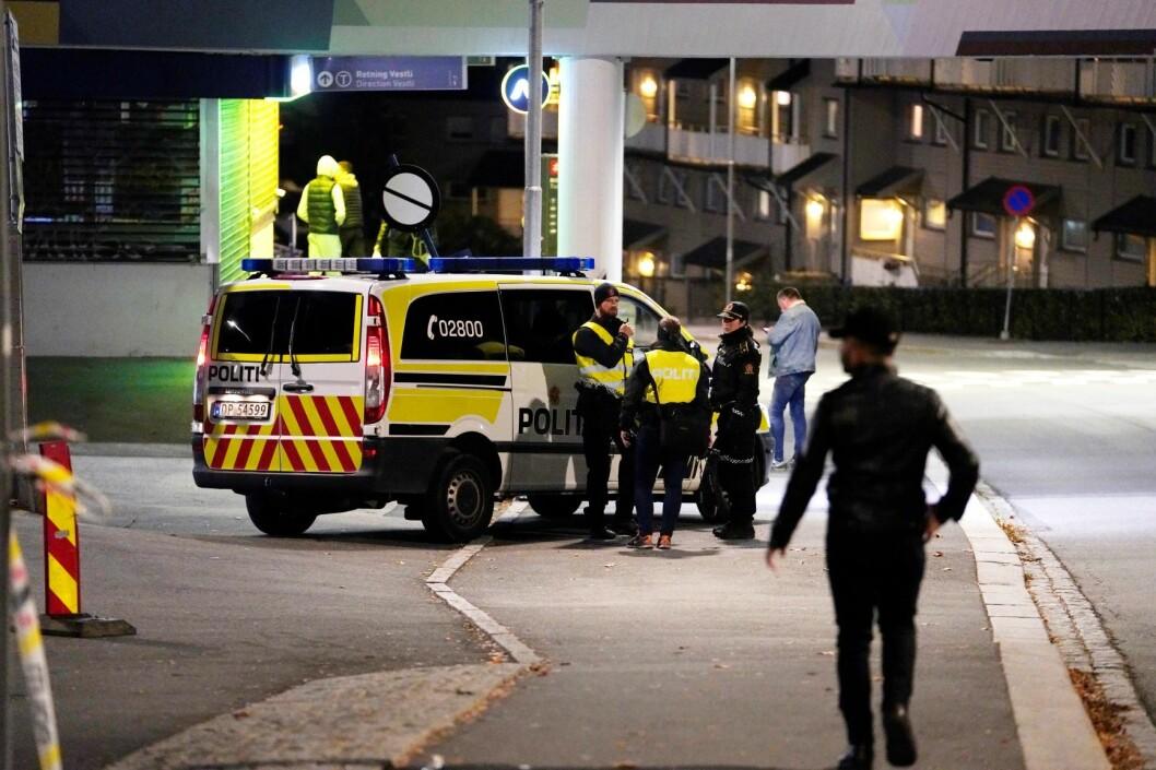 En 18-åring ble fraktet til sykehus etter at han ble knivstukket i ryggen på Veitvet i Oslo 6. oktober. En 16 år gammel gutt er varetektsfengslet og siktet i saken, mens ytterligere to personer ble pågrepet mandag. Foto: Fredrik Hagen / NTB scanpix