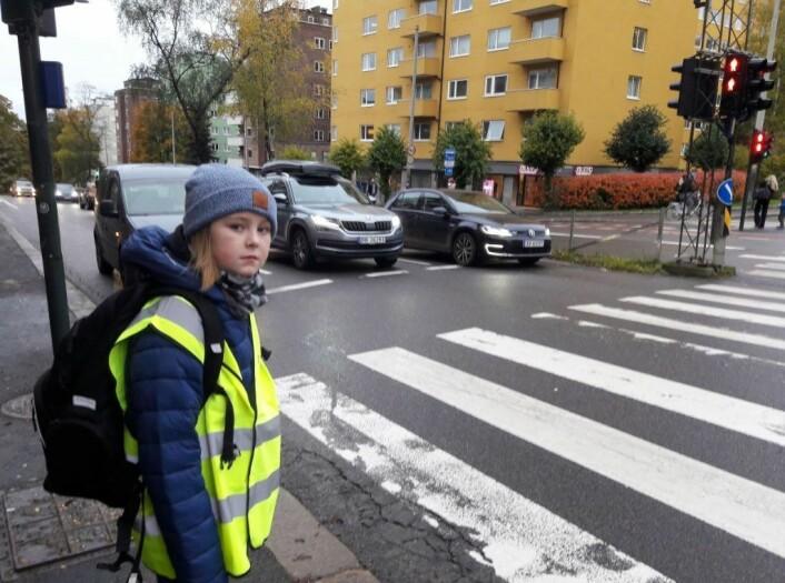 Femteklassingen Otto synes biler med dårlig tid er skumle å møte på skoleveien. Foto: Anders Høilund