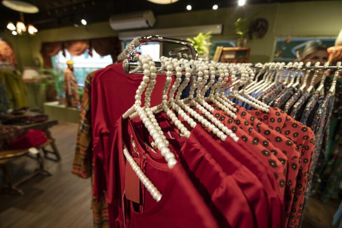 Klassiske passformer for eierne av klærne, produsert av arbeidere med gode arbeidsforhold. Mye bevissthet ligger bak moten i butikken. Foto: Olav Helland
