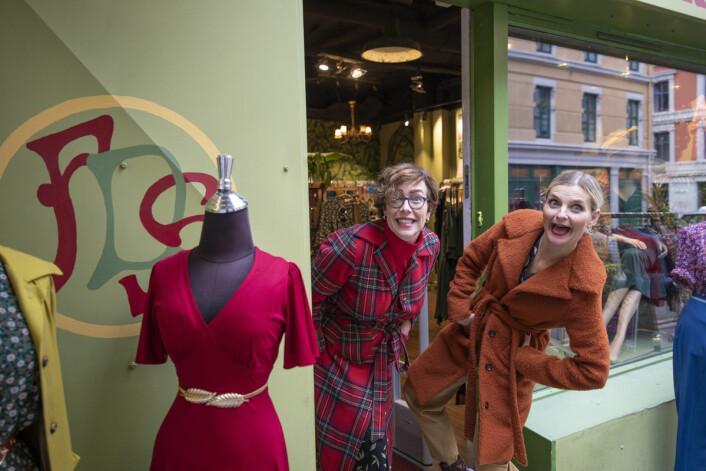 Livet er for kort til å ikke gå i fargerike plagg, mener Ellen Marie Garåsen og Elise Dingstad. Foto: Olav Helland