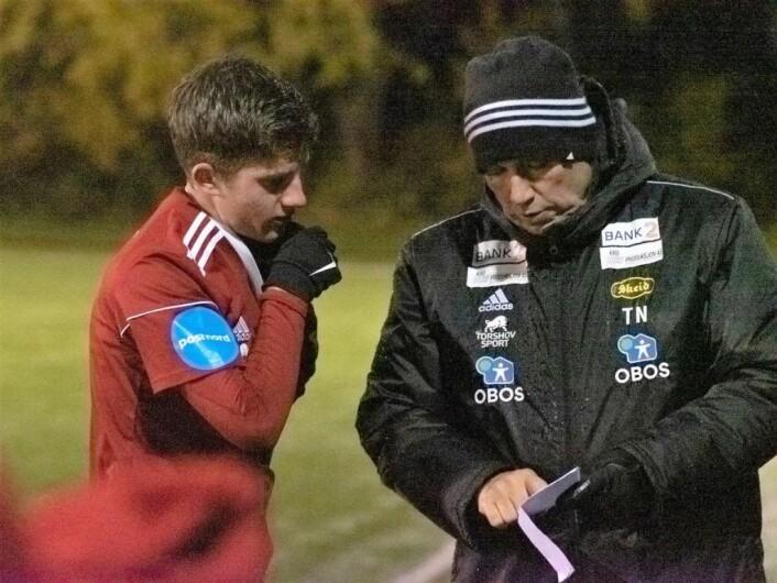 Tom Nordli forklarer hvordan han vil at junioren Sander Brauer Ersoy skal spille. Foto: Bjørnar Morønning
