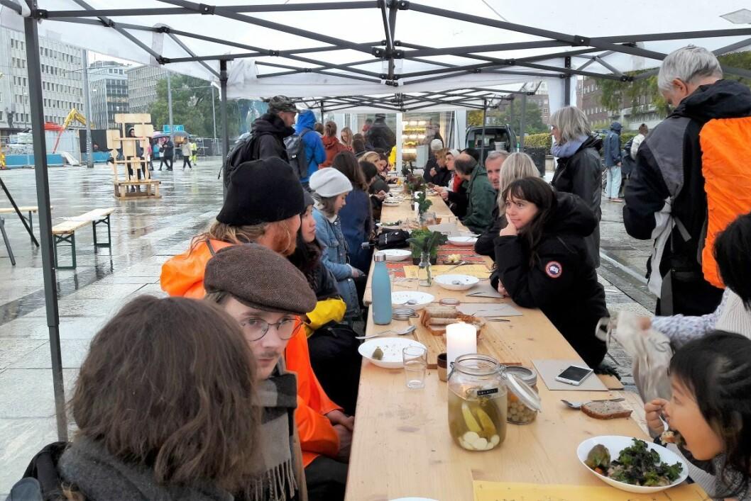 På en kald og våt oktoberdag var det mange som sa ja, takk til å få kjenne smaken av bymiljøetatens oslogryte. Foto: Anders Høilund