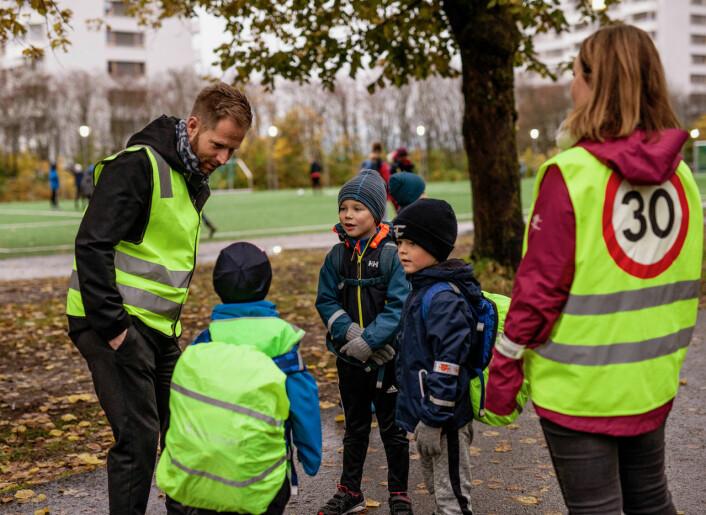 Rektor Are Enger på Grefsen skole i prat med Martinus Ringsby, Ludvig Ombustvedt Heen og Edvard Tveit-Schjerven, alle fra klasse 2b. Foto: Paal Ritter Schjerven
