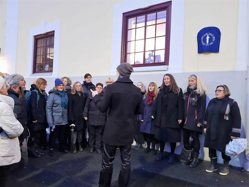 Oslo damekor sang ut til ære for Lisa Kristoffersen. Foto: Annette Søreide