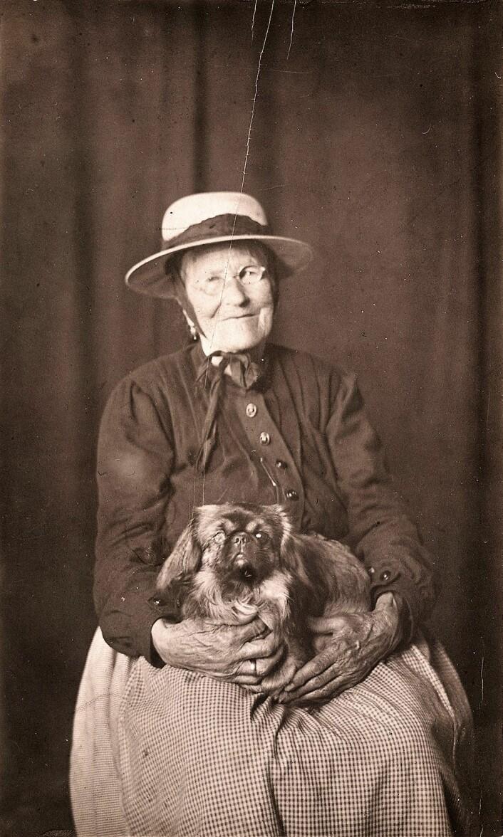 Lisa Kristoffersen hadde selv et godt lag med dyrene. Foto: Ukjent, 1920. Oslo Museum