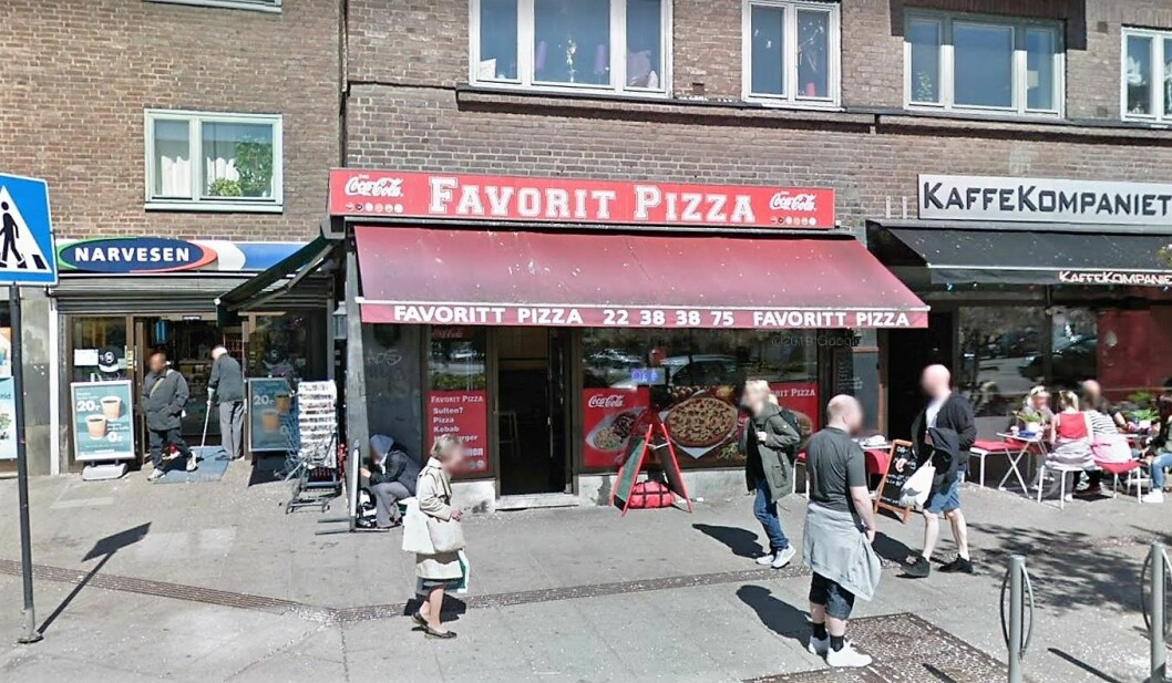 Vinduer i restauranten ble knust av maskerte personer som brukte en hammer. Foto: Google Maps