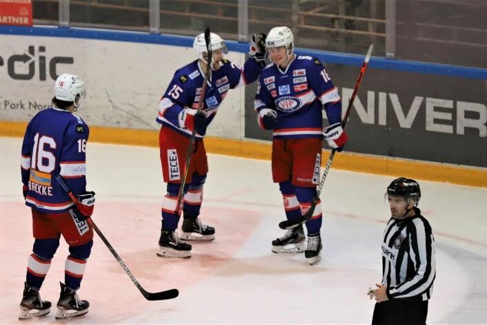 Thomas Olsen har akkurat satt pucken i tomt mål, og VIF vinner nok engang i Furuset Forum. Foto: André Kjernsli