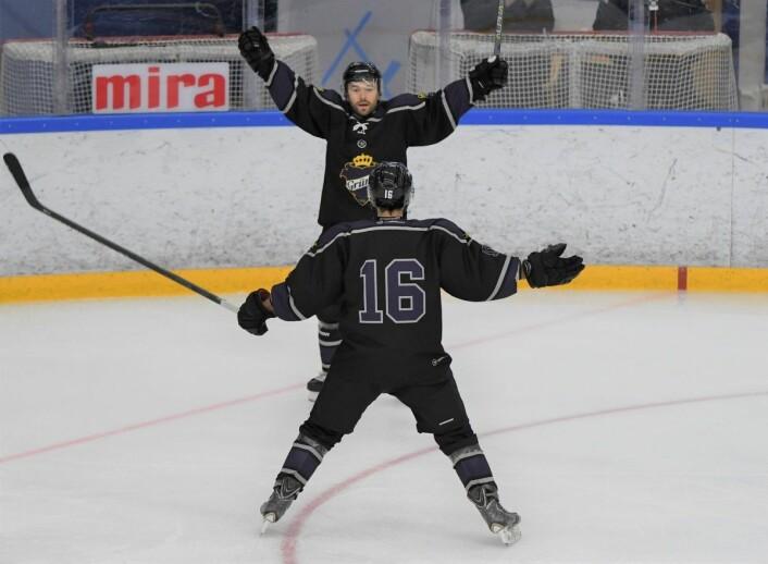Grüners Vojtech Zounek fikk æren av å åpne scoringene lørdag. Her gratuleres han av Kristian Kucera. Foto: Christian Boger