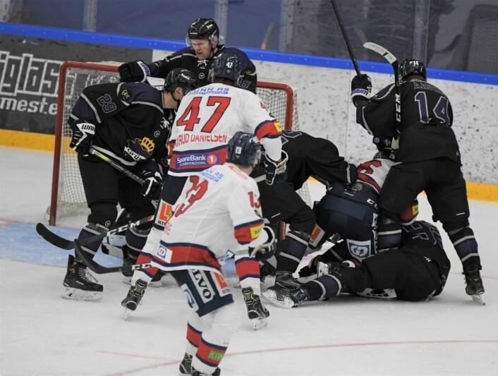 Grüner-spillerne ga alt lørdag ettermiddag Her murer de igjen foran keeper Jesper Ekeberg. Foto: Christian Boger