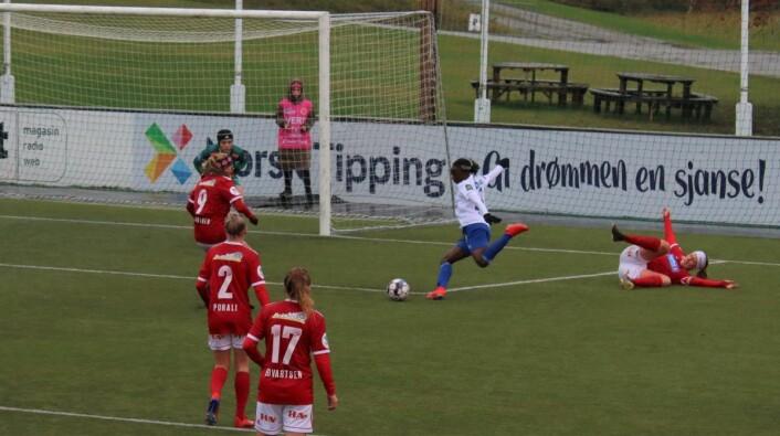 Vålerengas Ajara Njoya prlver seg mot Farts keeper. Men det ble med 1-0 til VIF over hedmarkslaget. Foto: Kjetil Hope
