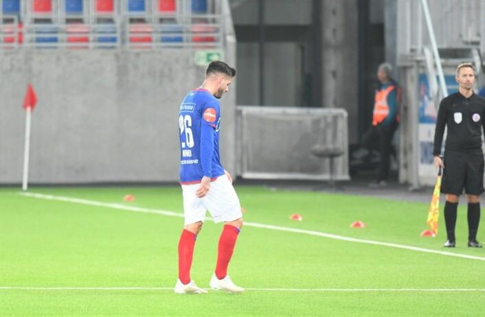 Med sitt andre gule kort i det 74. minutt måtte Aron Dønnum forlate banen. Foto: Christian Boger