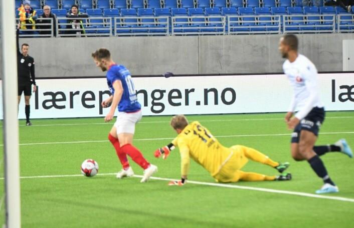 Matthías Vilhjálmsson runder Stabæk-keeper Marcus Sandberg, men linjedommer (til v.) står med flagget oppe og markerer for offside. Foto: Christian Boger