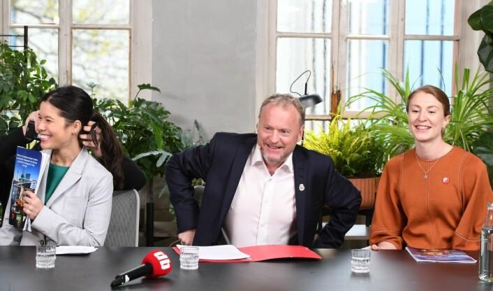 Byrådskameratene ar tydelig godt fornøyde med det framforhandlede resultatet tirsdag. Foto: Christian Boger