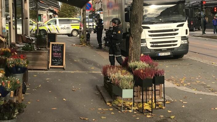 Store deler av Vogts gate på Torshov er sperret av. Politiet er bevæpnet og på jakt etter kvinne. Foto: Mikkel Bay Vold
