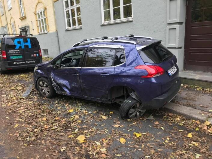 Denne bilen sto parkert og ble trolig skadet i en kollisjon med den stjålen ambulansen. Foto: Mikkel Bay Vold