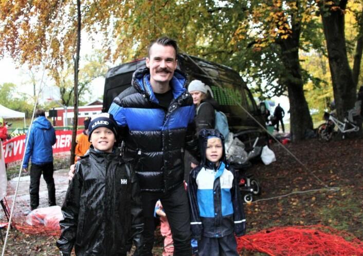 Jonas (til v.) og Nicolai fikk møte en hyggelig og blid Henrik Ingebrigtsen som gjrne stilte opp til fotografering. Foto: Hans Magnus Borge