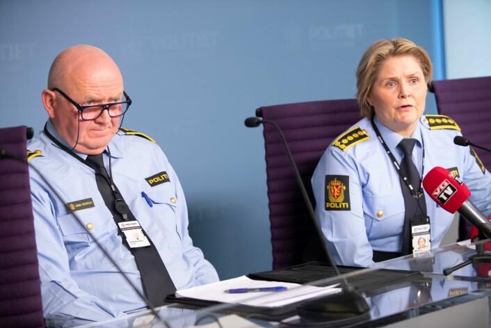 Oslo-politiets Johan Fredriksen og Grete Lien Metlid på tirsdagens pressekonferanse etter ambulansekapring i Oslo. Foto: Terje Bendiksby / NTB scanpix