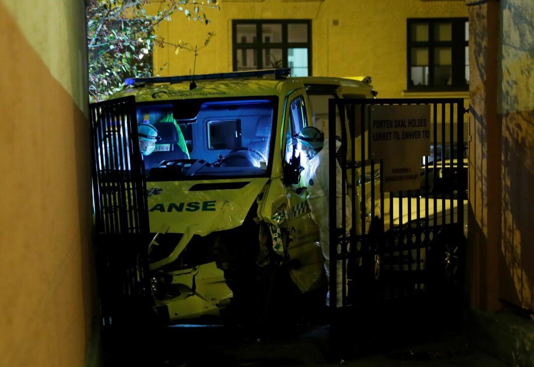 En bevæpnet mann stjal denne ambulansen. Men den ville kjøreturen, der en barnevogn ble rammet, ble til slutt stoppet av politiet. Foto: Stian Lysberg Solum / NTB scanpix