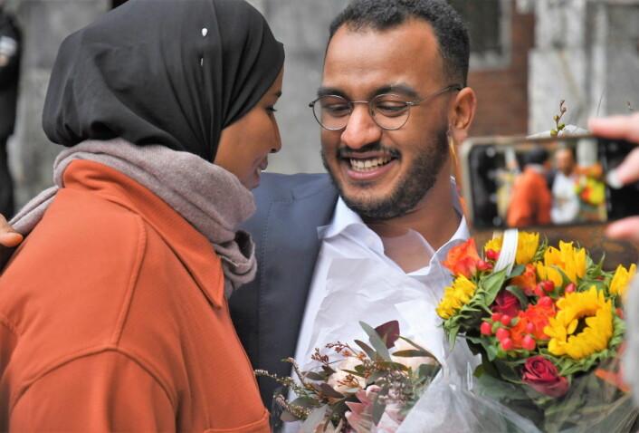 SVs Omar Samy Gamal (27) blir ny byråd for arbeid-, sosial og mangfold. Her gratuleres han av partifelle Marian Hussein etter utnevnelsen. Foto: Christian Boger