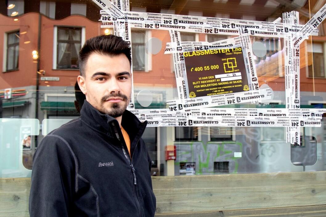 Ricardo Calvar, assisterende butikksjef på bakeriet Backstube på Torshov, ved det som kan være et kulehull etter at politiet forsøkte å stanse ambulansekapreren. Foto: Anders R. Christensen / NTB scanpix