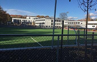 Ingen barn får lov til å bruke den nye kunstgressbanen på Hasle skole. To måneder etter skoleåpningen
