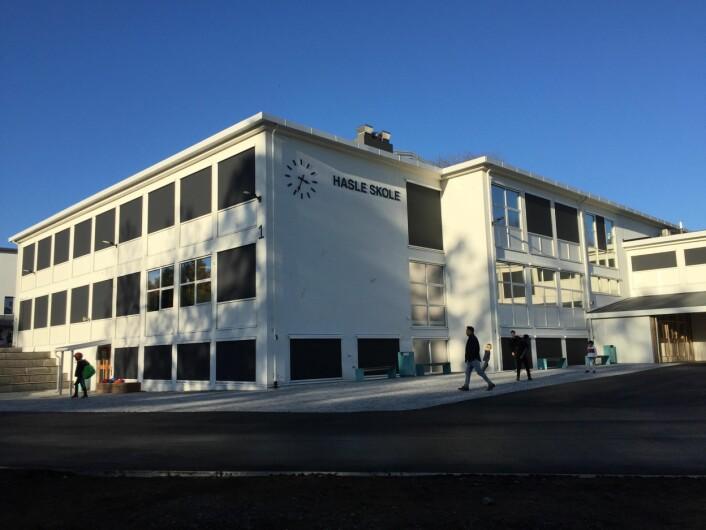 Hasle skole så hvit og ny ut ved skolestart. Men nå er store deler av skolen stengt på grunn av vannlekkasje, mens banen ikke kan brukes. Foto: Armand Hauk Velle
