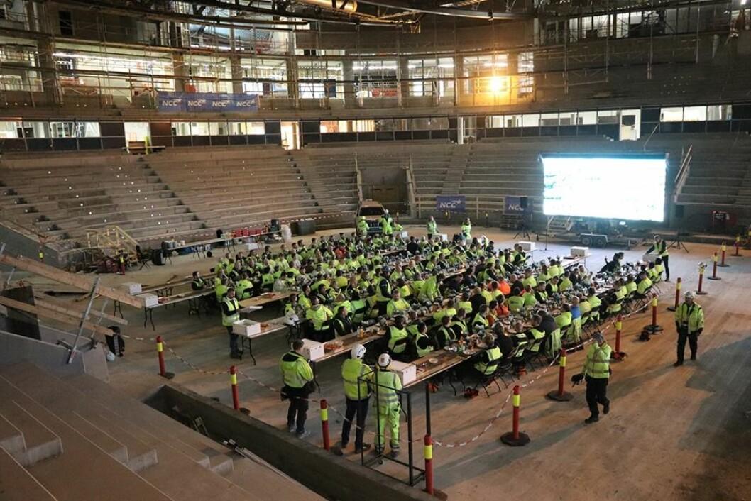 Betonggulvet i hallen er ferdig støpt. Tribunen ferdig montert. Og nærmere jul begynner arbeidet med isflaten. Foto: Kultur- og idrettsbygg