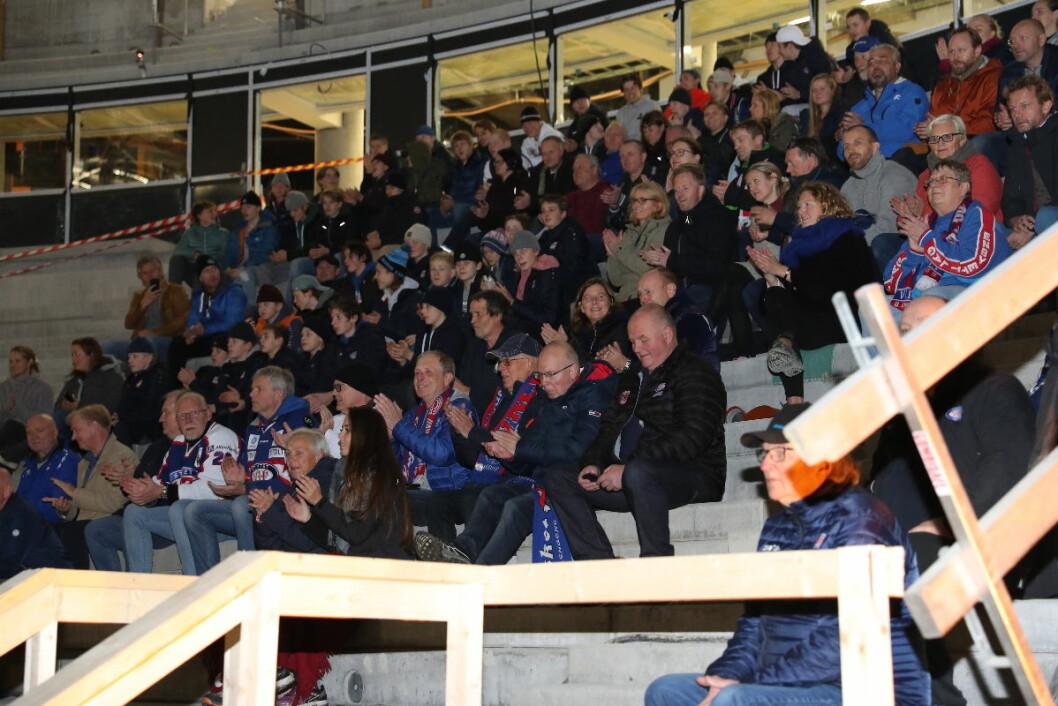 Snaue 200 supportere og spillere fikk være med på den første hockey-visningen i nye Jordal Amfi. Foto: Atle Enersen
