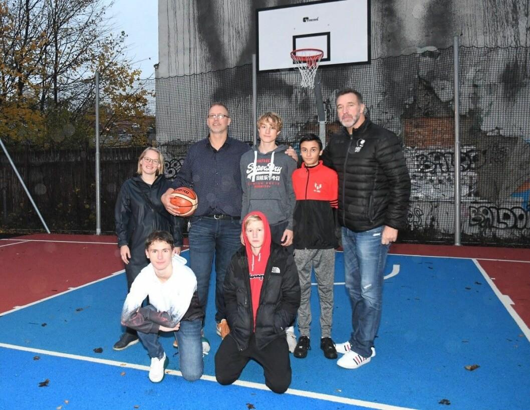 Den nye basketballbanen er et kjærkommen tilskudd til nærmiljøet. Fra venstre: leder for driftsstyret ved Jordal skole, Thea V. Pope, Jesper Schjerven (15), rektor Halvor Holm, Birk Nossen (15), Jakob Vikesund Jensen (14), Wasil Buhmide (15) og tidligere basketstjerne Mark DiGiacomo. Foto: Christian Boger