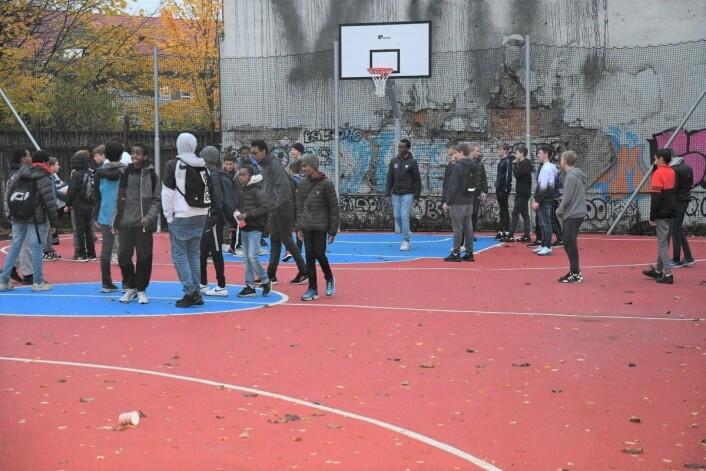 Den nye basketballbanen ved Jordal skole har allerede rukket å bli populær i nærmiljøet. Foto: Christian Boger