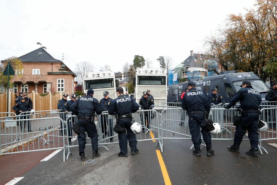 Det var store politistyrker på plass ved den tyrkiske ambassade i Halvdan Svartes gate på Frogner lørdag. Både tyrkere og kurdere har planlagt demonstrasjoner og politiet har stengt gaten ved ambassaden. Slåssingen kan ha en sammenheng med demonstrasjonene Foto: Terje Bendiksby/ NTB scanpix