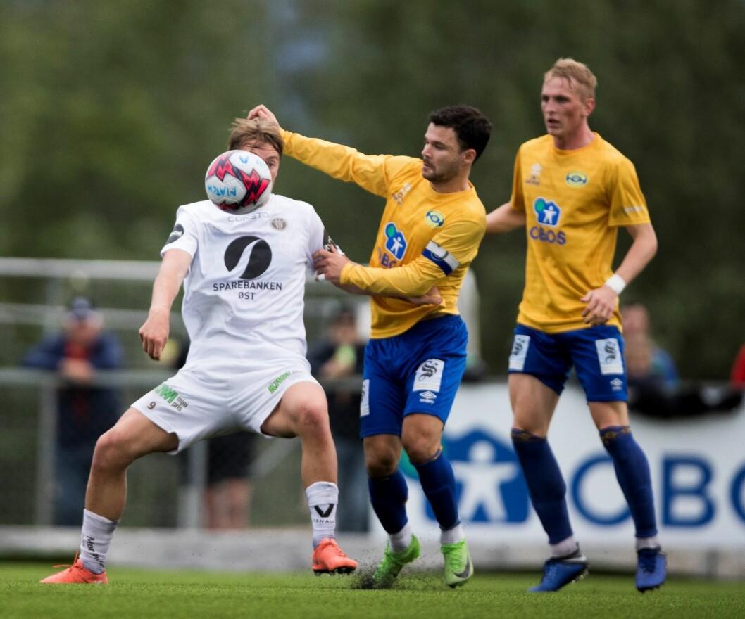 Sondre Liseth (i gult t.v) og Preben Markowitz under cupkampen i tredje runde mellom Grorud og Mjøndalen på Grorud Matchbane. Foto: Terje Pedersen / NTB scanpix
