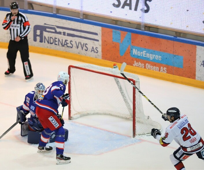 Steffen Søberg måtte plukke to pucker ut av buret i første periode. Foto: André Kjernsli