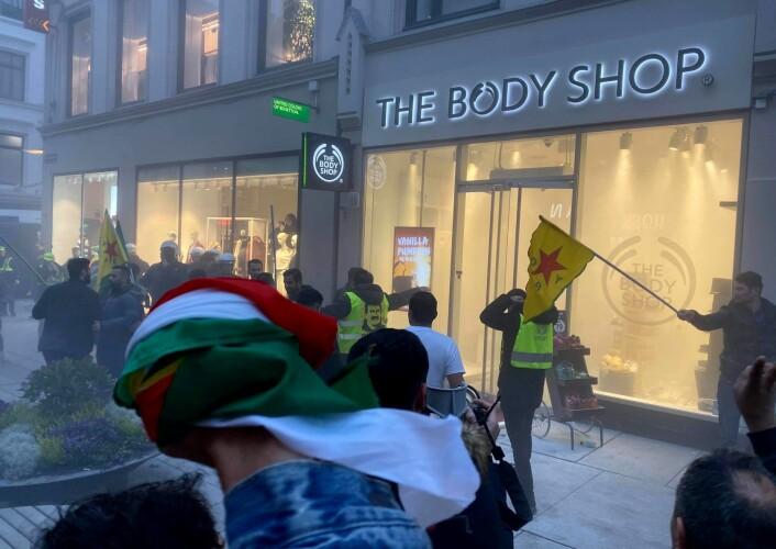 Demonstrasjonen ved den tyrkiske ambassaden lørdag forflyttet seg til sentrum og til en butikk på Karls Johans gate. Foto: Lars Bryhn Nyland / NTB scanpix