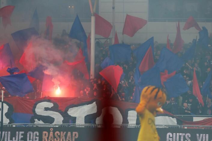 Bluss og fyrverkeri sto på menyen da Lillestrøm og Vålerenga spilte 0–0 lørdag. Foto: Terje Bendiksby / NTB scanpix