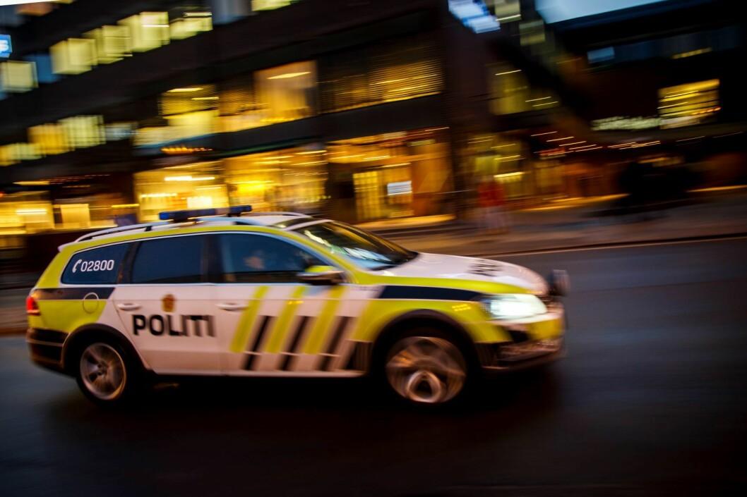 Politipatruljen stanset en bil med fem personer i. Inne i bilen lå den stjålne jakken og alle i bilen ble pågrepet for ran. Foto: Heiko Junge / NTB scanpix