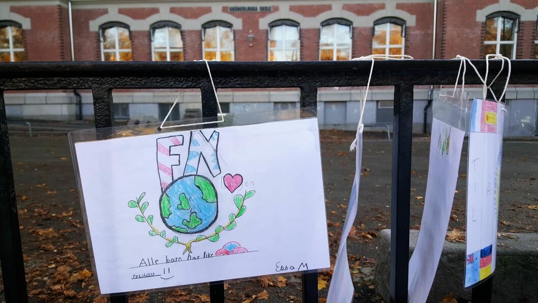 På FN-dagen hengte Grünerløkka skole opp 520 tegninger fra elevene. Foto: Tarjei Kidd Olsen
