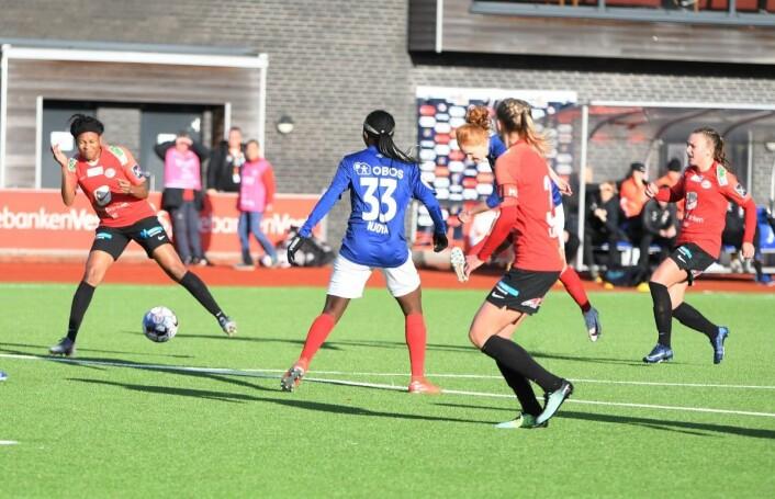 Stine Ballisager Pedersen i blått (delvis skjult) hamrer inn Vålerengas utligning. Foto: Christian Boger