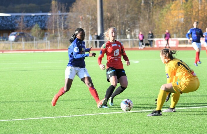 Ajara Njoya ble semifinalens store helt med tre scoringer. Her blir det derimot ikke mål. Foto: Christian Boger