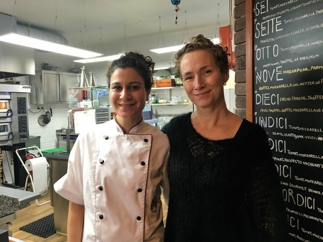 Abolfathi Ameneh er søsteren til Sorab. Hun jobber nå i Louis Pizza, mens broren er på flukt fra iranske myndigheter. Til høyre Live Glesne Kjølstad. Foto: Vegard Velle